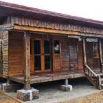 บ้านไม้สไตล์คันทรี ออกแบบเรียบง่ายด้วยงานไม้ธรรมชาติ ในบรรยากาศบ้านน้อยกลางทุ่งนา