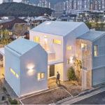 บ้านสไตล์โมเดิร์น ตกแต่งด้วยโทนสีขาวในแบบมินิมอล ออกแบบเป็นบ้านเพื่อครอบครัว