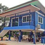 บ้านชั้นเดียวใต้ถุนสูง ตกแต่งในโทนสีฟ้าสะดุดตา พร้อมพื้นที่ใช้งานอเนกประสงค์