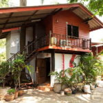 แบบบ้านเรียบง่ายครึ่งไม้ครึ่งปูน ดีไซน์เพื่อการพักผ่อนอย่างสะดวกสบาย ขนาด 1 ห้องนอน 1 ห้องน้ำ