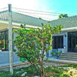 บ้านยกพื้นทรงปั้นหยา ดีไซน์ L-Shape เรียบง่ายลงตัว เน้นพื้นที่ใช้สอยปลอดโปร่ง (ก่อสร้างที่จังหวัดศรีสะเกษ)