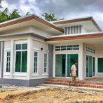 บ้านชั้นเดียวสไตล์โมเดิร์น ตกแต่งในโทนสีขาวสะอาดตา ขนาด 3 ห้องนอน 2 ห้องน้ำ งบก่อสร้าง 1.6 ล้านบาท