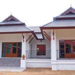 บ้านชั้นเดียวทรงไทยประยุกต์ ดีไซน์หลังคาทรงมะนิลาแบบแฝด ตกแต่งภายนอกด้วยโทนสีขาวสวยสง่า
