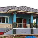บ้านชั้นเดียวทรงปั้นหยา โดดเด่นในโทนสีฟ้า พร้อมพื้นที่ภายในปลอดโปร่งน่าพักผ่อน