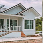บ้านยกพื้นสไตล์คอทเทจ ตกแต่งโทนสีขาวเรียบง่าย 2 ห้องนอน 1 ห้องน้ำ สำหรับครอบครัวเริ่มต้น