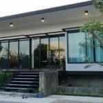 บ้านยกระดับสไตล์โมเดิร์น สวยเนี้ยบทันสมัย เต็มอิ่มกับบรรยากาศพักผ่อนด้วยเฉลียงโปร่งรอบบ้าน