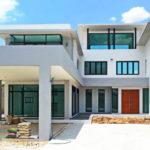 บ้านสองชั้นสไตล์โมเดิร์น ดีไซน์เรียบหรู พร้อมพื้นที่ใช้สอยกว้างขวาง เหมาะกับครอบครัวใหญ่