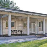 แบบบ้านไม้สีขาวหลังคาทรงปีกนก 2 ห้องนอน 2 ห้องน้ำ มีเฉลียงพักผ่อนรอบบ้าน ตกแต่งภายในเรียบง่ายแต่ลงตัว