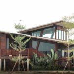 """รีวิว """"สร้างบ้านไม้สไตล์โมเดิร์น"""" ดีไซน์สวยเฉียบด้วยเส้นสายทันสมัย ภายใต้กลิ่นอายบ้านไทยโบราณ"""