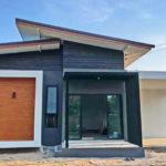 บ้านสไตล์โมเดิร์น หลังคาปีกนก โดดเด่นมีมิติ ในขนาด 3 ห้องนอน 2 ห้องน้ำ
