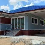 บ้านชั้นเดียวยกพื้นสูงรูปทรงร่วมสมัย หลังคารูปทรงปั้นหยา ขนาด 2 ห้องนอน 1 ห้องน้ำ งบประมาณ 890,000 บาท