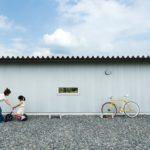 บ้านกลางทุ่งสไตล์มินิมอล โดดเด่นด้วยดีไซน์ตัวยู พร้อมสวนพักผ่อนกลางบ้าน