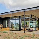 บ้านตากอากาศสไตล์โมเดิร์น เปิดโล่งทุกพื้นที่ใช้งาน รับลมได้เต็มที่ พร้อมพื้นที่พักผ่อนชมวิวธรรมชาติ