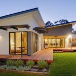 บ้านชั้นเดียวสไตล์โมเดิร์นดีไซน์รูปตัวแอล (L-Shaped House) ภายในตกแต่งอย่างสวยหรู พร้อมเฉลียงพักผ่อนนอกบ้าน
