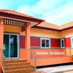 บ้านชั้นเดียวสไตล์คอนเทมโพรารี ออกแบบยกพื้นต่ำ ตกแต่งด้วยสีสันที่สดใสทั้งภายนอกและภายใน