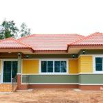 บ้านชั้นเดียวสไตล์คอนเทมโพรารี ดีไซน์หลังคาทรงปั้นหยา พร้อมตกแต่งภายนอกด้วยโทนสีเหลือง – เขียว