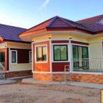 บ้านชั้นเดียวสไตล์คอนเทมโพรารี โดดเด่นด้วยมุขหน้าต่างเหลี่ยม 3 ห้องนอน 2 ห้องน้ำ พื้นที่ใช้สอย 230 ตารางเมตร