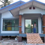 บ้านชั้นเดียวยกพื้นสูงสไตล์คันทรี โทนสีฟ้าสดใส เน้นความโปร่งสบายใต้กลิ่นอายชนบท