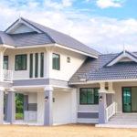 บ้านสองชั้นทรงไทยประยุกต์ ดีไซน์ทันสมัยพร้อมพื้นที่ใช้งานกว้างขวาง 3 ห้องนอน 5 ห้องน้ำ งบก่อสร้างเริ่มต้น 2.1 ล้านบาท