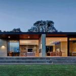 แบบบ้านชั้นเดียวทรงกล่อง ลงตัวอย่างเรียบง่าย ด้วยคอนกรีต ไม้ และเหล็กดำ
