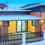 บ้านน็อคดาวน์สไตล์โมเดิร์น สวยเด่นด้วยผนังไม้ฝาสีสันสดใส งบประมาณก่อสร้าง 790,000 บาท