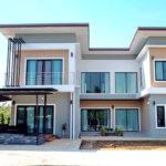 บ้านสองชั้นสไตล์โมเดิร์น รูปทรงตัวยู (U-Shaped House) ออกแบบเพื่อครอบครัวขนาดใหญ่ 5 ห้องนอน 4 ห้องน้ำ