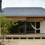บ้านไม้สไตล์มินิมอล โดดเด่นด้วยเฉลียงแบบญี่ปุ่นดั้งเดิม พร้อมเทคโนโลยีป้องกันแผ่นดินไหว