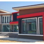 แบบบ้านชั้นครึ่งสไตล์โมเดิร์นสำหรับครอบครัวใหญ่ สวยงามอลังการด้วยสีสันและเส้นสายสุดเฉียบ 5 ห้องนอน 5 ห้องน้ำพื้นที่ใช้สอย 378 ตร.ม.