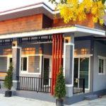 บ้านชั้นเดียวสไตล์โมเดิร์น โทนสีเทาอมฟ้า พื้นที่ใช้สอย 94.5 ตร.ม. พร้อมที่จอดรถและระเบียงพักผ่อนหน้าบ้าน