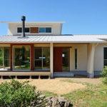 บ้านชั้นเดียวสไตล์มินิมอล ออกแบบเรียบง่ายเน้นความโปร่งโล่ง โดดเด่นด้วยเฉลียงนั่งเล่นยกพื้นแบบญี่ปุ่นดั้งเดิม