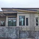 บ้านชั้นเดียวสไตล์โมเดิร์นลอฟท์ ออกแบบเพื่อการพักผ่อน สวยดิบด้วยผนังปูนเปลือย เฟอร์นิเจอร์ไม้และเหล็ก พร้อมสระว่ายน้ำ