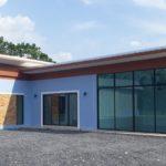 บ้านโมเดิร์นรูปทรงตัวแอล (L-Shaped House) พร้อมห้องกระจกสำหรับธุรกิจ 1 ห้องนอน 1 ห้องน้ำ พื้นที่ใช้สอย 108 ตร.ม.
