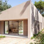 RiM House บ้านหน้าแคบสุดอบอุ่น โทนสีเข้ากับสภาพแวดล้อม พร้อมการออกแบบภายในสไตล์มินิมอล