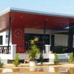 บ้านสไตล์โมเดิร์นยกพื้น โทนสีแดง-ขาว พร้อมระเบียงกว้างด้านหน้า เหมาะทำเป็นร้านกาแฟสุดชิค
