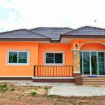 บ้านชั้นเดียวยกระดับสไตล์รีสอร์ท สีสันสดใสดึงดูดสายตา 2 ห้องนอน 1 ห้องน้ำ พื้นที่ใช้สอยกำลังพอดี สำหรับครอบครัวขนาดกลาง