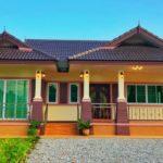 บ้านชั้นเดียวยกระดับทรงไทยประยุกต์ ผสมความเป็นไทยและความทันสมัยได้อย่างลงตัว 3 ห้องนอน 2 ห้องน้ำ พื้นที่ใช้สอย 121 ตร.ม.