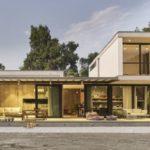 บ้านสไตล์คอนเทมโพรารี เน้นความโปร่งโล่งด้วยผนังกระจก ตกแต่งภายในด้วยงานไม้ บรรยากาศอบอุ่นและเป็นธรรมชาติ