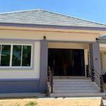 บ้านชั้นเดียวสไตล์คอนเทมโพรารี โทนสีฟ้าขาวสดใส หลังคาทรงปั้นหยา 3 ห้องนอน 2 ห้องน้ำ