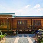 บ้านไม้น็อคดาวน์ชั้นเดียว กลิ่นอายแบบเรือนไทย 2 ห้องนอน 3 ห้องน้ำ โดดเด่นด้วยบานประตูกระจกสี