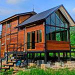 บ้านไม้โครงสร้างเหล็กขนาดชั้นครึ่ง สไตล์นอร์ดิก 2 ห้องนอน 3 ห้องน้ำ พร้อมระเบียงพักผ่อนและดาดฟ้าชมวิว