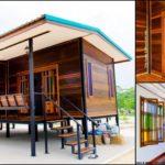 บ้านไม้น็อคดาวน์ ออกแบบยกใต้ถุนสูง 1 ห้องนอน 1 ห้องน้ำ พร้อมระเบียงนั่งเล่น 2 แห่ง