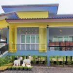 บ้านชั้นเดียวยกพื้น โทนสีฟ้าเหลือง ตกแต่งเรียบง่ายแต่มีเอกลักษณ์ 1 ห้องนอน 2 ห้องน้ำ พร้อมเฉลียงพักผ่อนและที่จอดรถ