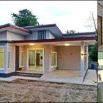 บ้านโมเดิร์นชั้นเดียวโทนสีเทารูปทรงตัวแอล (L-Shaped House) โดดเด่นด้วยเส้นสายเรขาคณิตสวยงาม 2 ห้องนอน 1 ห้องน้ำ พร้อมที่จอดรถ พื้นที่ใช้สอย 105 ตารางเมตร