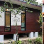 บ้านชั้นเดียวยกพื้นโครงสร้างเหล็ก โดดเด่นด้วยผนังไม้ พร้อมระเบียงพักผ่อนสุดอบอุ่น 3 ห้องนอน 2 ห้องน้ำ พื้นที่ใช้สอย 126 ตารางเมตร