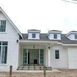 บ้านสไตล์อิงลิชคันทรี ตกแต่งในโทนสีขาวสบายตา 3 ห้องนอน 2 ห้องน้ำ พื้นที่ 145 ตร.ม.