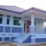 บ้านชั้นเดียวสไตล์ร่วมสมัย ดีไซน์ยกพื้นสูงหลังคาปั้นหยา ตกแต่งโทนสีฟ้า 3 ห้องนอน 2 ห้องน้ำ