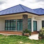 แบบบ้านคอนเทมโพรารีดีไซน์เรียบง่าย สวยเด่นด้วยหลังคาปั้นหยาสีน้ำเงิน 3 ห้องนอน 2 ห้องน้ำ พื้นที่ใช้สอย 130 ตร.ม.