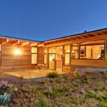 บ้านไม้โมเดิร์นรูปตัวแอลตั้งตระหง่านกลางเนินเขา อบอุ่น เรียบง่าย รายล้อมด้วยธรรมชาติ