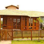 แบบบ้านไม้ชั้นเดียวรูปทรงตัวที (T-Shaped House) ดีไซน์เอกลักษณ์ รองรับครอบครัวขนาดใหญ่