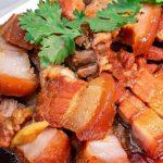 """ชวนเข้าครัวทำ """"หมูสามชั้นต้มน้ำปลา"""" เนื้อสัมผัสนุ่มชุ่มฉ่ำ ทานคู่กับน้ำจิ้มรสจัดจ้าน อร่อยถูกใจคนทุกวัย"""